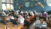 Warga SMPN 39 Kota Bandung Paheuyeuk-heuyeuk Leungeun sangkan Bisa Ngalaksanakeun UNBK Mandiri