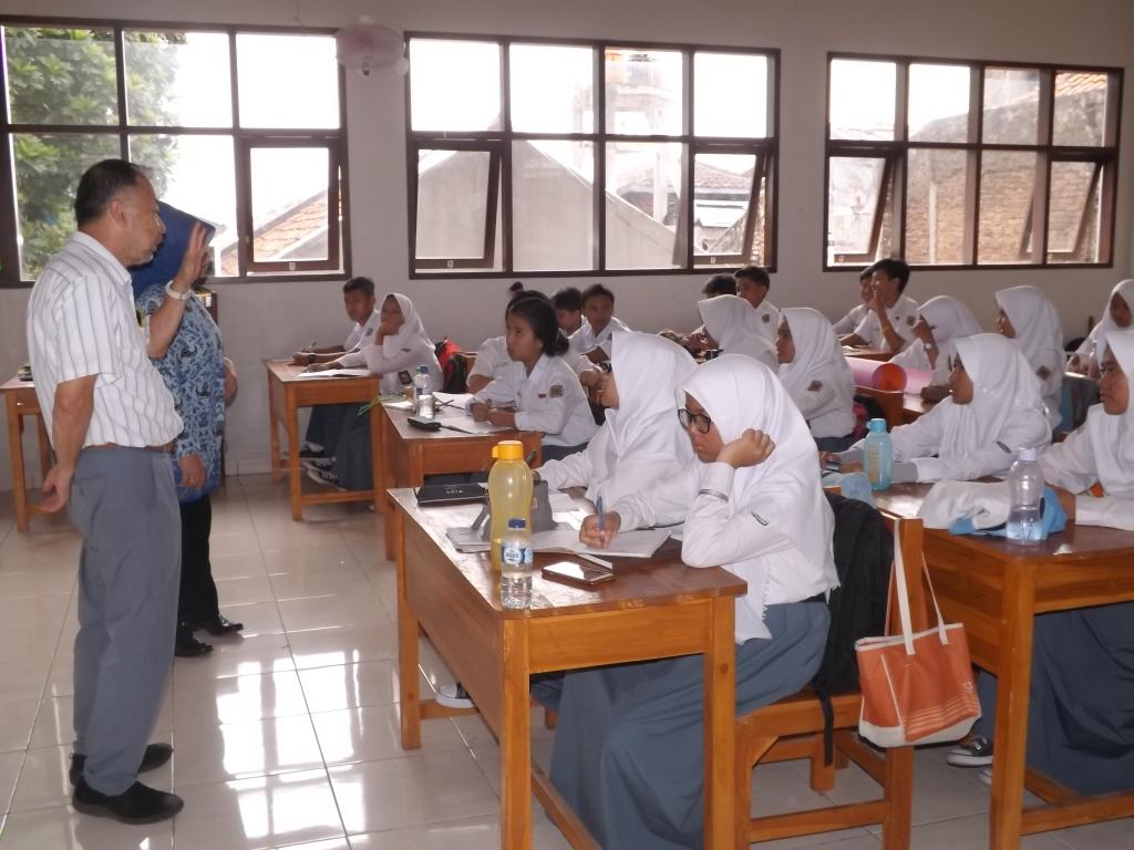 Ngajar di kelas