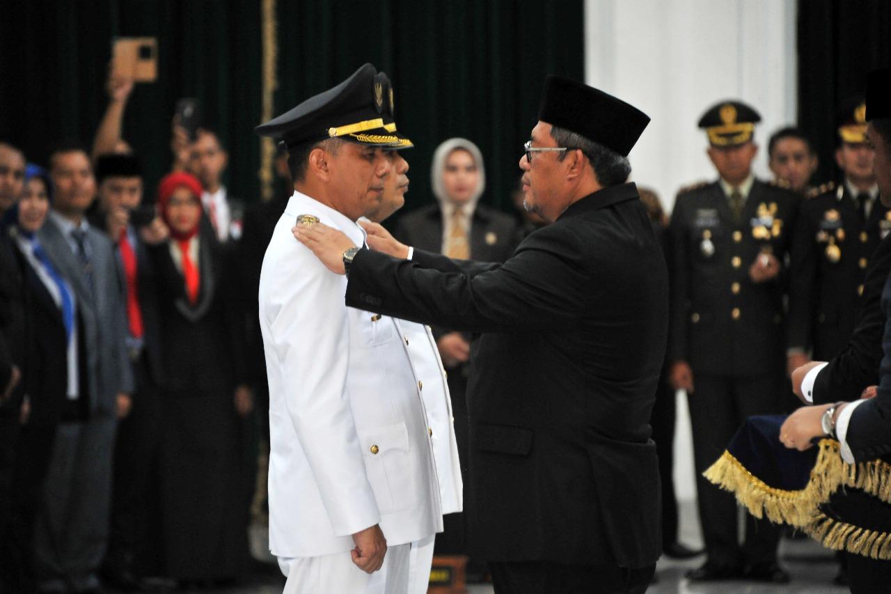 ajay dan ngatiyana dilantik aher, di gedung sate sebagai walikota dan wakil walikota cimahi periode 2017-2022
