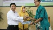 Dr. H. Andang  Segara,M.M.Pd., Kepala SMAN 4 Kota Bandung Memberikan Bantuan Seragam Batik untuk 40 Siswa Terbuka