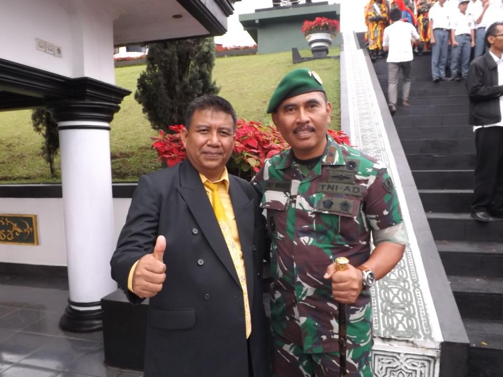 Kapala Sakola SMAN 4 Bandung jeung  Komandan Secapa AD