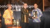 Pengindonesiaan Kata Asing di Tempat Umum, Bima Arya Walikota Bogor Mendapat Penghargaan Kawistara 2017
