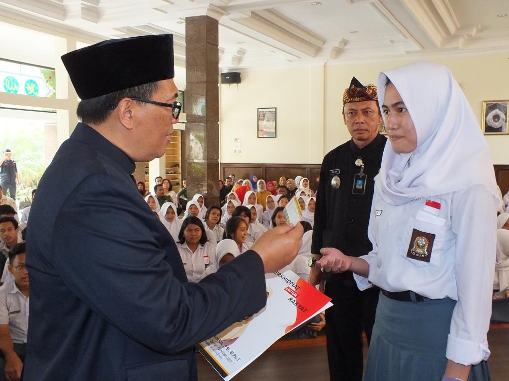 pembagian kartu program indonesia pintar di sman 14 bandung gb -majalahsora.com