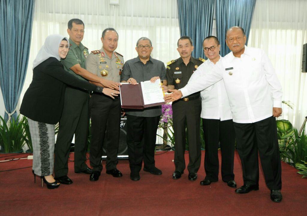 Aher Tandatangani NPHD Pilkada Serentak 2018 di Jawa Barat