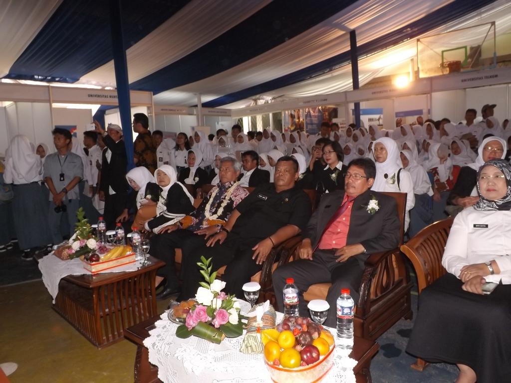 Kapala sakola nyarengan Dede Amar  gumulung jeung para siswa (1)