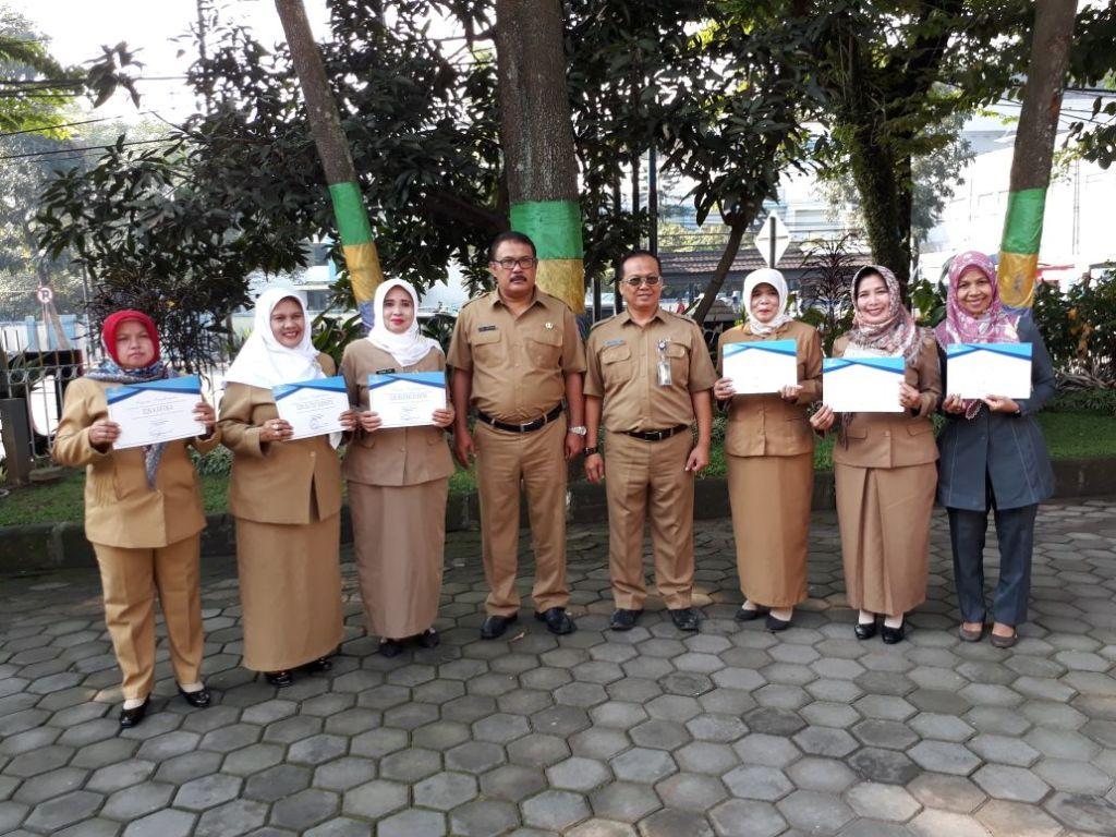 ulan kepala sdn 262 pnyileukan meraih penghargaan gps dari disdik kota bandung